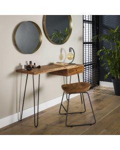 Sfeerfoto Kaptafel Edge 120 cm breed met lade acaciahout met boomstamblad en zwarte hairpin poten